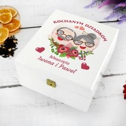 biała szkatułka z nadrukiem dedykacji herbatka miłości na prezent dla babci i dziadka