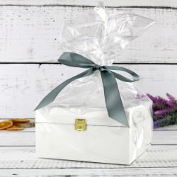 drewniana biała skrzynka na prezent