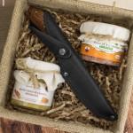 skrzynka delikatesowa z nożem myśliwskim na prezent