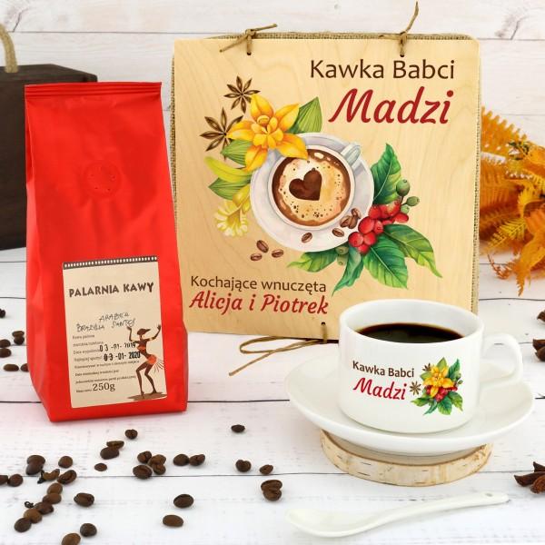 filiżanka z własnym nadrukiem i kawą w skrzynce na prezent dla babci