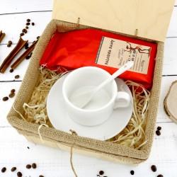 filiżanka i kawa w pudełku na prezent