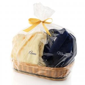Komplet szlafroków z haftem - Miły Dotyk na pomysł na prezent dla dwojga w koszyku wiklinowym