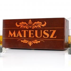 Skrzynka  drewniana z grawerem na prezent i szklankami do whisky Smakosz na prezent dla szefa