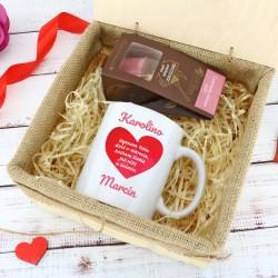 kubek i czekolada w skrzynce z nadrukiem Słodki Sekret na upominek dla dziewczyny