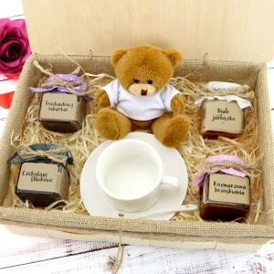zestaw konfitur z filiżanką i misiem w pudełku na prezent dla niej