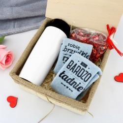 kubek termiczny ze skarpetkami i czekoladą na prezent