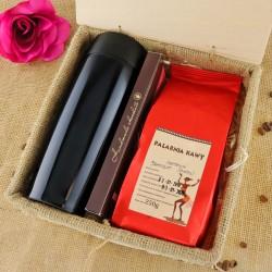 zestaw prezentowy: kubek termiczny, czekolada i kawa w skrzynce