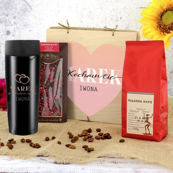 kubek z grawerem, czekolada i kawa w pudełku z nadrukiem Kocham Cię