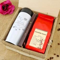 kubek z grawerem, kawa i czekolada w skrzynce Ukochana