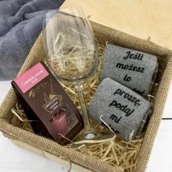kieliszek do wina, czekolada i skarpetki w skrzynce na prezent dla niej
