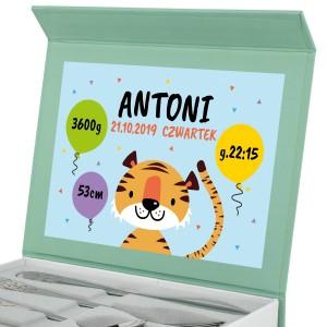 sztućce w pudełku z nadrukiem metryczki na prezent na roczek