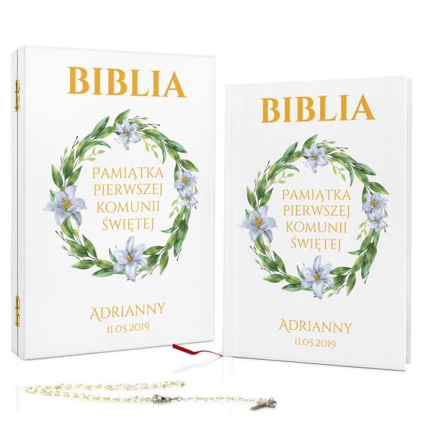 biblia na komunię z dedykacją w drewnianym pudełku liliowy wianek