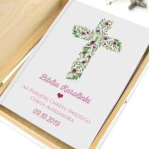 biblia w szkatułce na prezent na chrzest różowe kwiaty