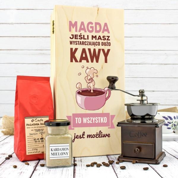 zestaw prezentowy dla niej: młynek, kawa i kardamon w drewnianej skrzynce z nadrukiem możliwości