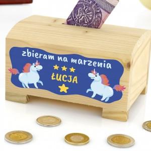 drewniana skarbonka z napisem marzenia na prezent dla dziewczynki