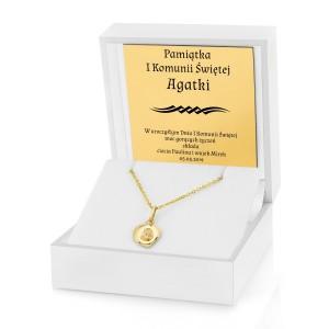 złoty medalik w pudełku z dedykacją na prezent na komunie