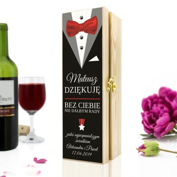 drewniana skrzynka na wino z dedykacją na prezent dla świadka garnitur