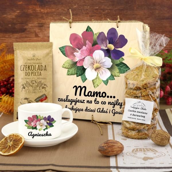zestaw upominkowy: filiżanka z czekoladą i ciastkami na prezent na dzień matki