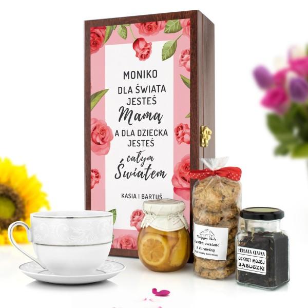 zestaw do herbaty w skrzynce z dedykacją na prezent na dzień mamy słodki świat