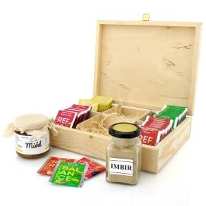zestaw herbat w drewnianym pudełku z miodem i imbirem na upominek
