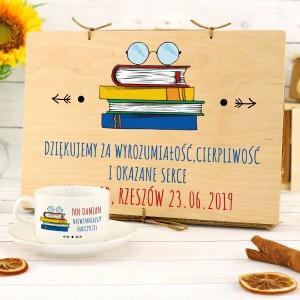 filiżanka z nadrukiem w drewnianym pudełku na prezent dla nauczyciela