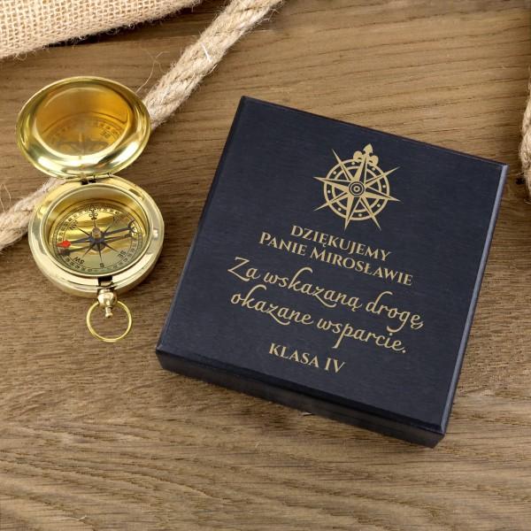kompas z dedykacją w drewnianym pudełku na prezent dla wychowawcy