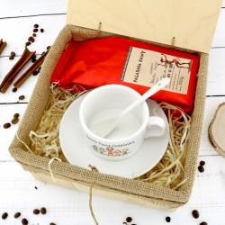 oryginalny prezent dla przedszkolanki filiżanka z nadrukiem i kawa w skrzynce