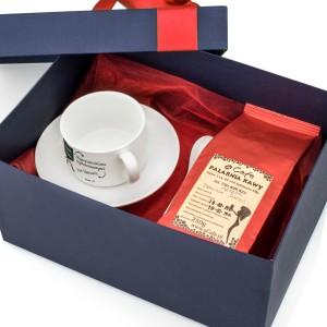prezent dla nauczyciela filiżanka z dedykacją i kawą w granatowym pudełku