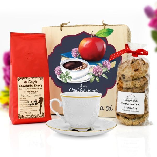 prezent dla nauczyciela na koniec roku filiżanka, kawa i ciastka w skrzynce z dedykacją