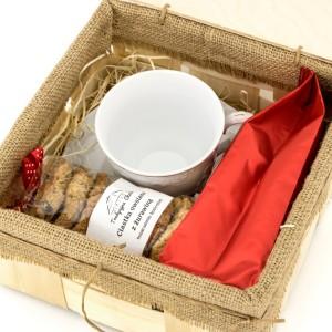 zestaw prezentowy dla nauczycielki w skrzynce: filiżanka, kawa i ciastka