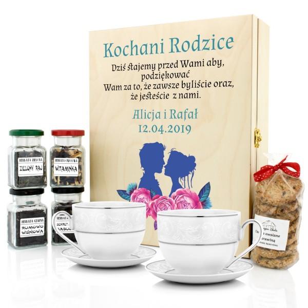 prezenty dla rodziców od pary młodej filiżanki i zestaw herbat w skrzynce z dedykacją