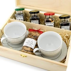 zestaw filiżanek i herbat w drewnianej skrzynce na podziękowanie dla rodziców