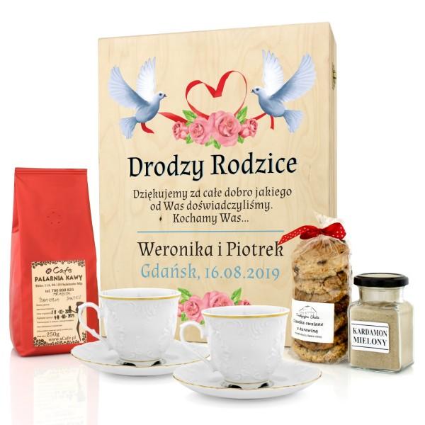 zestaw filiżanek z kawą i ciastkami w drewnianej skrzynce z nadrukiem na podziękowanie weselne dla rodziców