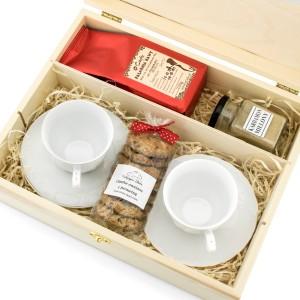filiżanki z kawą, ciastkami i kardamonem w skrzynce na prezent dla rodziców od pary młodej
