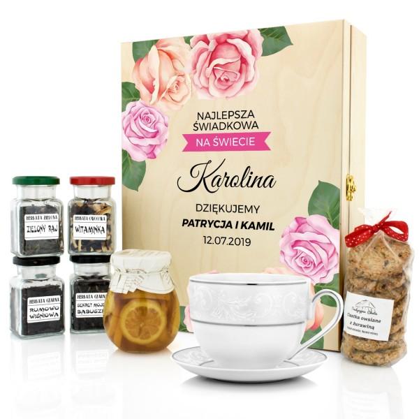 filiżanka i zestaw herbat w skrzynce z nadrukiem na podziękowanie dla świadkowej kwiaty róż
