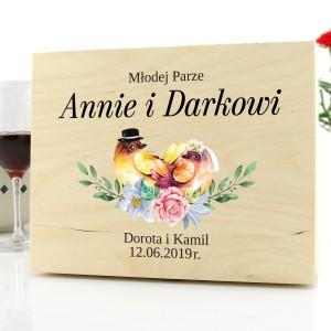 prezent dla nowożeńców drewniana skrzynka na upominki z dedykacją ślubne ptaki