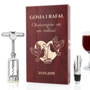 ekskluzywny zestaw do wina z grawerem na prezent na ślub otwierajcie się na miłość