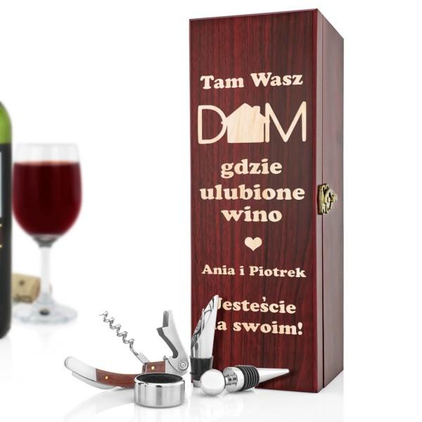 prezent na parapetówkę dla małżeństwa skrzynka na wino z akcesoriami i dedykacją dom