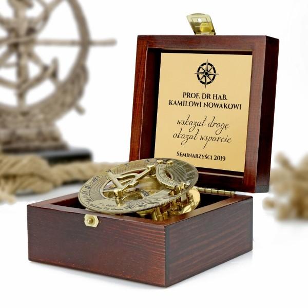 podziękowanie dla promotora kompas w drewnianym pudełku z grawerem