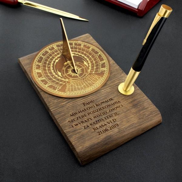 zegar słoneczny z dedykacją na prezent dla nauczyciela czas