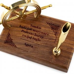prezent dla marynarza stojak na długopis z grawerem dedykacji koło sterowe