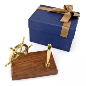 drewniany stojak na długopis ze sterem na prezent marynistyczny