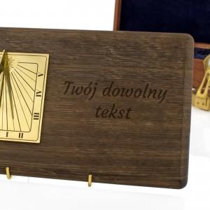 prezent dla niego zegar słoneczny z dedykacją na biurko