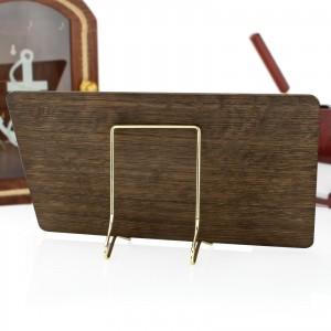 deska dębowa z zegarem słonecznym na stojaku na upominek