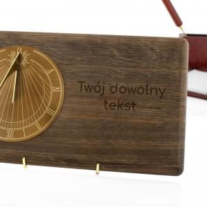 wyjątkowy prezent zegar słoneczny na dębowej desce z dedykacją