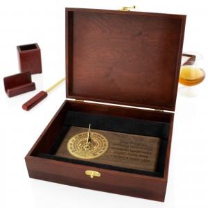 zegar słoneczny w drewnianej skrzynce na luksusowy prezent