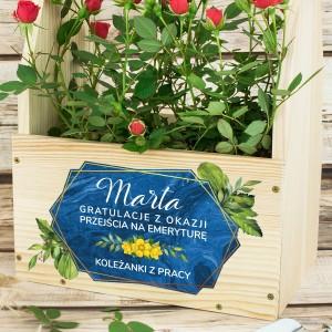 drewniana skrzynka na kwiaty z dedykacją na prezent na emeryturę