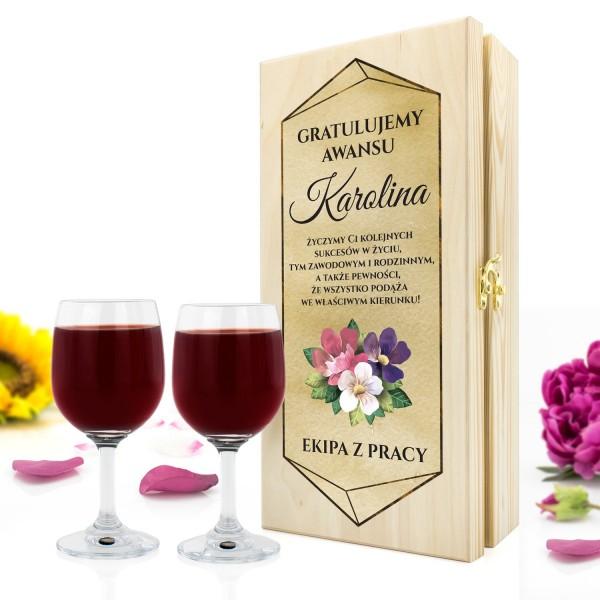 skrzynka na wino z kieliszkami i dedykacją na prezent z okazji awansu kolejnych sukcesów