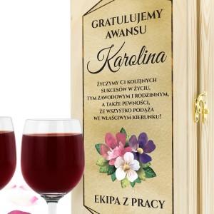 personalizowana skrzynka na wino z kieliszkami na prezent na awans dla koleżanki z pracy kolejnych sukcesów