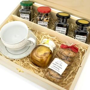herbaty w pudełku z filiżanką i słodyczami na prezent na awans zawodowy